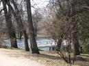 Вид на пруд и мостик от входа в усадьбу.