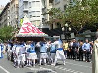 Фигуру Девы несут мужчины в национальных костюмах, ее мантия изготовлена из живых цветов.  Парад на этом закончился, все разошлись праздновать и веселиться ...