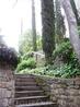 Эта лесенка ведет на небольшую террасу и сад