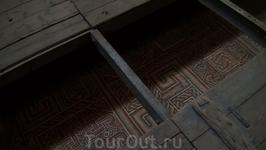 Под полом нефа оригинальная византийская мозаика. Рисунок создан из камушков, имеющих свой оригинальный цвет.