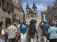 Наконец, впереди показалась  Староме-стская площадь. Слева здание строй ратуши.