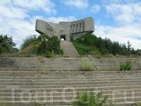 Болгары встречают советских воинов - освободителей. Памятник стоит на высоченном насыпном кургане.