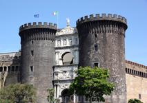 Кастель-Нуово (Castel Nuovo; . «новый замок»), также Маскио Анджоино (Maschio Angioino), — замок, возведённый королём Карлом Анжуйским  в 1279 году.