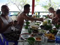 В рыбацкой деревне на сваях. Ем морского ежа, на вкус не очень, но по цене ужас.