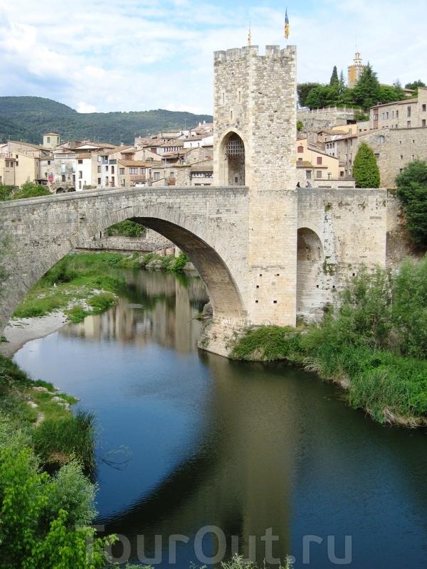 И вот он великолепный мост во всей красе. К сожалению, башенка моста была разрушена в ходе гражданской войны в Испании, так что это реконструкция, но вот опоры выдержали долгие века...
