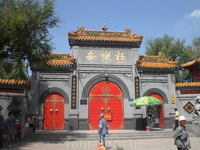 внутри много храмов и парк