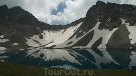 На озере,несмотря на конец июля еще плавает лед