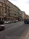 Странно,что в Будапеште новые здания, даже оригинально веселенькие, органично вписываются в старинную застройку.