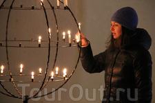 В церкви можно поставить свечи (а ещё там проводятся свадебные церемонии, по предварительному заказу)