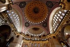 Мечеть Сулеймана внутри. Внутреннее убранство нам понравилось больше, чем в Голубой мечети. А из-за удалённости от туристического центра в этой мечети ещё и очереди на вход меньше
