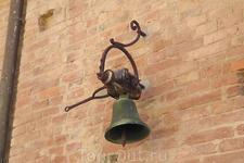 Средневековый город Сиена великолепно сохранилсяв своей первозданности благодаря тому, что в своё время было запрещено всякое строительство внутри древних ...