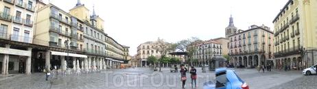 Главный собор города, как положено, находится на главной площади города, которая, как положено, называется Plaza Mayor. Такая вот она в панораме. На этой ...