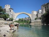 """Визитная карточка города - Стари-мост (""""старый мост"""", построен зодчим Мимаром Хайруддином в 1566 году), выгнувший свою крутую спину на 20 метров над зелеными ..."""