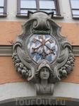 Это герб Регенсбурга - три ключа - расположен на Райфайзен банке Регенсьурга
