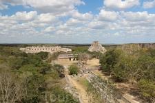 Панорама Ушмаля, открывающаяся с Большой пирамиды. Пирамида предсказателя, Четырехугольный женский монастырь и Дом черепах здесь отчетливо видны.