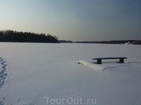 Лавочка на заснеженном пирсе на берегу Боровского озера у д.Гавриловская.