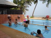 Впрочем тайцы, как и европейцы, в море практически не купаются, предпочитают бассейны, а в сезон дождей в море купаться просто не рекомендуется, это о
