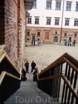 К сожалению, из прежнего дворцового антуража до наших дней почти ничего не сохранилось. Реставраторы восстанавливают комнаты и залы по аналогии с замками ...