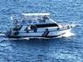 Прогулочный катер можно арендовать для морской прогулки....