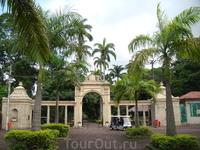 Главный вход в зоопарк Рио-де-Жанейро