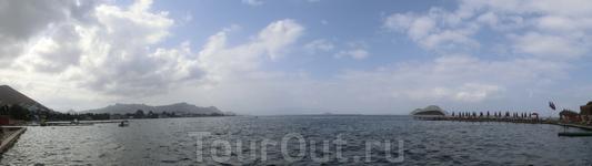 Вид с пляжа на залив.