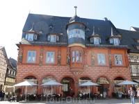 А это одно из самых красивых зданий  в Госларе