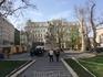 Это памятник венгерскому поэту  девятнадцатого века Михаю Вёрёшмарти. Площадь названа его именем. Именно на этой площади ежедневно начинаются бесплатные ...