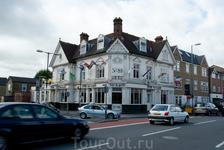 Для Лондона типично расположение баров на углах зданий. Все старинные здания в идеальном состоянии.