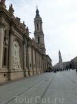 Вид от собора в правую сторону площади. На площади, кроме Собора Святой Пилар находится еще один собор - Catedral del Salvador de Zaragoza (Собор Спасителя) ...