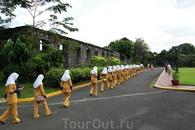 школьницы на трритории форта Сантьяго.