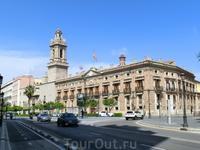 Прогуливаясь по улицам Валенсии и любуясь красивыми старыми зданиями, в которых сейчас разместились банки и прочие вполне современные городские службы ...