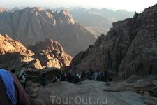 Дорога в новое настоящее! Поломники, встретив рассвет, спускаются с Моисеевой горы.