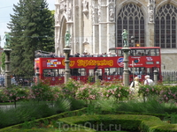 Брюссель.  Верхний  город.   Парк  перед  церковью  Богоматери  Саблон ( Нотр дам  дю  Саблон ). На  фоне  красного  автобуса  хорошо  видны   3 скульптуры ...