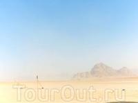 Вади Рам переводится как Лунная долина. Это один из красивейших природных заповедников Иордании. Более 74 га песка и горные пики высотой до 1750м, оранжевый ...