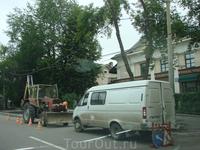 К приезду Медведева и Меркель в срочном порядке закатывают асфальт перед рестораном Тр...в. Причём по городскому радио уже минут как 20 объявлено, что ...