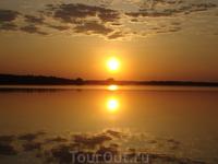 И не понять, то ли небо в озёра упало, и не понять, то ли озеро в небе плывёт)))))))