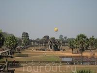 Вдалеке виден воздушный шар, на котором скоро мы будем подниматься