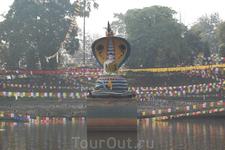 Будда под капюшоном кобры, которая по легенде защала его от дождя, пока Будда медитировал.