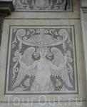 Пиза.Фрагмент здания Кавальери,где  серый  мрамор  сочетается с бело-серым  граффито, которым, как ковром ,украшен фасад  здания.