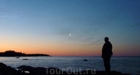 а вот и Луна. Солнце тоже есть,оно там за горизонт не уходит в это время года!