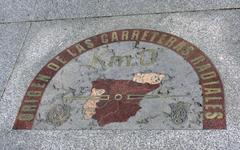 У входа в здание Дома почты в плиты тротуара вмонтирована пластина из бронзы, считающаяся нулевой точкой отсчета дорожных расстояний в Испании, ведь Пуэрта-дель-Соль ...