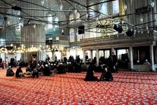 Молитва внутри мечети Султанахмет