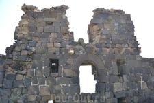 Крепость Амберд Архитектура замка и крепости проста, сурова и подчинена основному требованию - надёжно защитить от нападений. Крупные каменные блоки стен ...