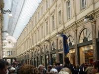 Брюссель.  Галерея внутри - слева  и  справа  бутики, известные  на  весь мир  бренды.Здание  построено  в 17 веке.