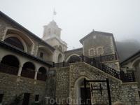 Монастырь Киккос в туманный день - необыкновенное ощущение