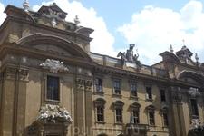 Многие дома Флоренции  украшены ангелочками,  голубями, статуями святых.  60% всех  зданий города относятся к  памятникам всемирного наследия.
