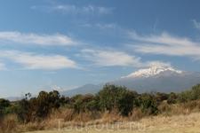 Эти вулканы тоже связаны с индейцами. По преданию, воин по имени Попокатепетль полюбил ацтекскую принцессу Истаксиуатль. В битве за ее руку он победил ...