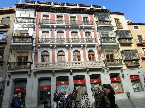 Вышли на Plaza de Zocodover. Странно, что все площади в Испании Plaza Mayor, а толедцы оказались оригинальнее остальных. При маврах здесь находился главный городской рынок («zoco»), от которого и произошло название площади. В общем, площадь тоже забита ...