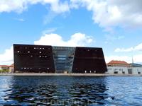 """Копенгаген. Это флигель королевской библиотеки, так называемый """"Чёрный алмаз"""". Здание облицовано полированным чёрным гранитом из Зимбабве."""
