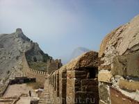 Генуэзская крепость. В зубцах крепостной стены видны отверстия для оборонительных машин.